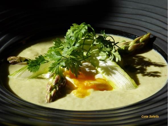 Crème d'asperges et son œuf mollet